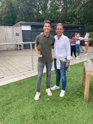 Thomas van Haaften ontvangt de Fré Kruijersbokaal op 28 augustus 2021